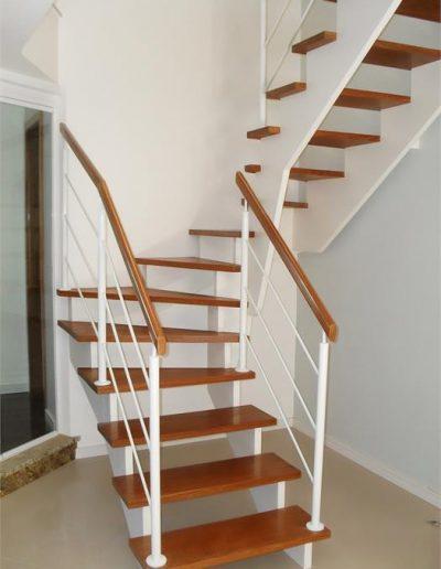 28 - Escada de Madeira - Corrimão Inox Pintura Branca