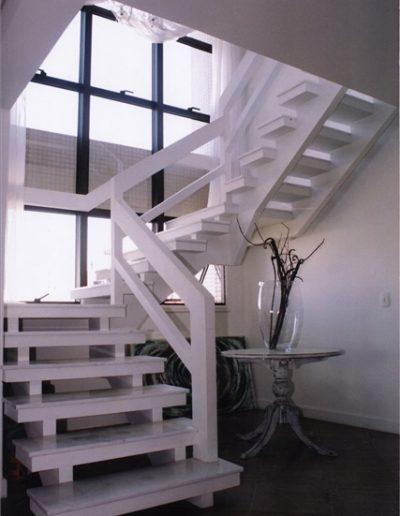31 - Escada de Madeira - Pintura Branca e Piso de Mármore